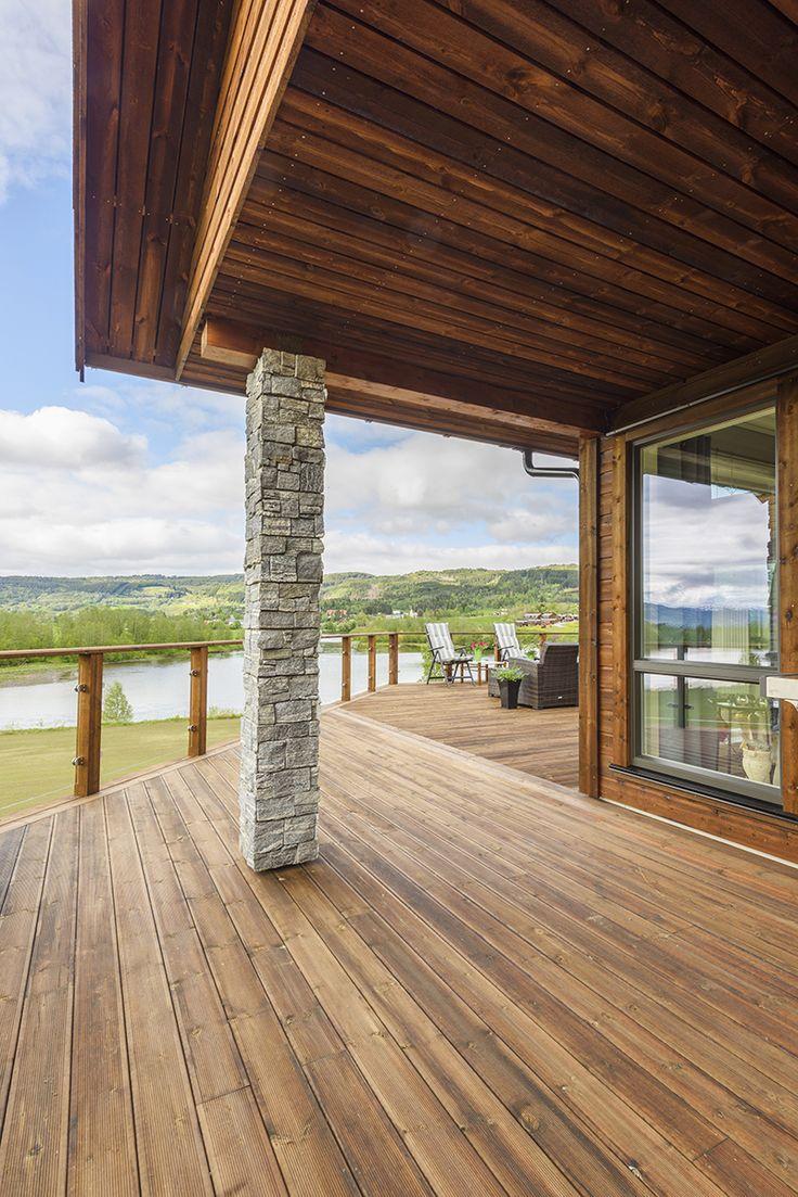 Rekkverk og terrasse i brun MøreRoyal® - passer godt i kombinasjon med stein