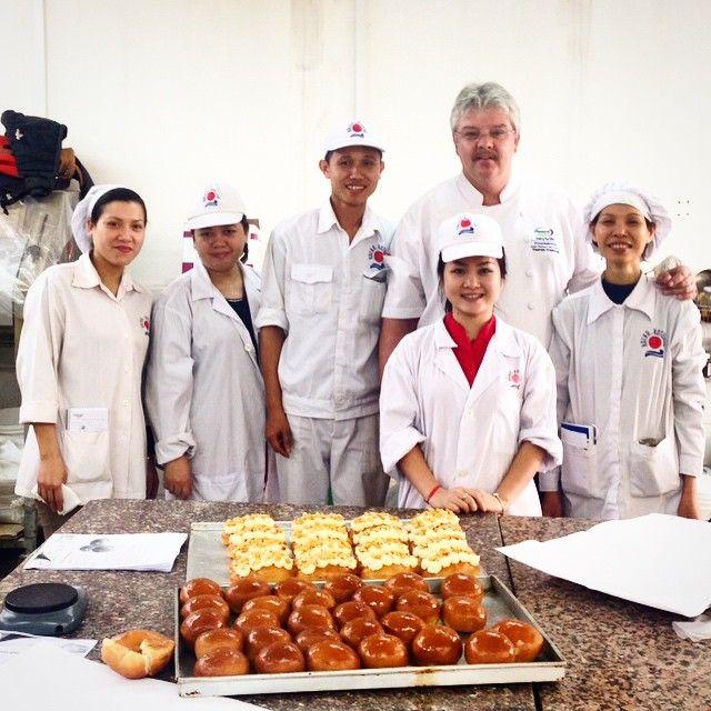 Making new friends every day … 'Hai-Ha Kotobuki' team … #Hanoi #Vietnam #Indochina #ChefThomas #baking #bread #cooking #cookies #cake #CheeseCake #dessert  (at Hanoi - Vietnam)