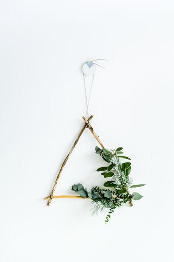 シックで大人っぽいテイストのお部屋に似合う、ナチュラル&モダンな「三角リース」。流木や枝を使ってDIYできるので、ぜひ好きな植物を組み合わせて、世界に一つだけのオリジナルリースを作ってみませんか?