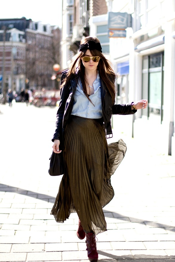 #casual #chic #style #khakiskirt #khaki #pleatedskirt #chambray #leatherjacket #fall #autumn
