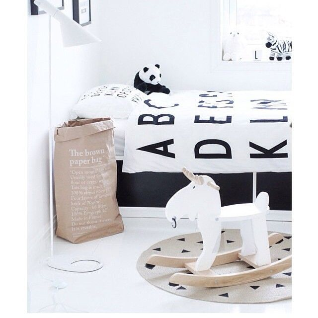 peasshotoftheday is from @mittlillehjerte  love this monochrome bedroom coupled with #lesacenpapier en kraft. Get your over on #peastyle