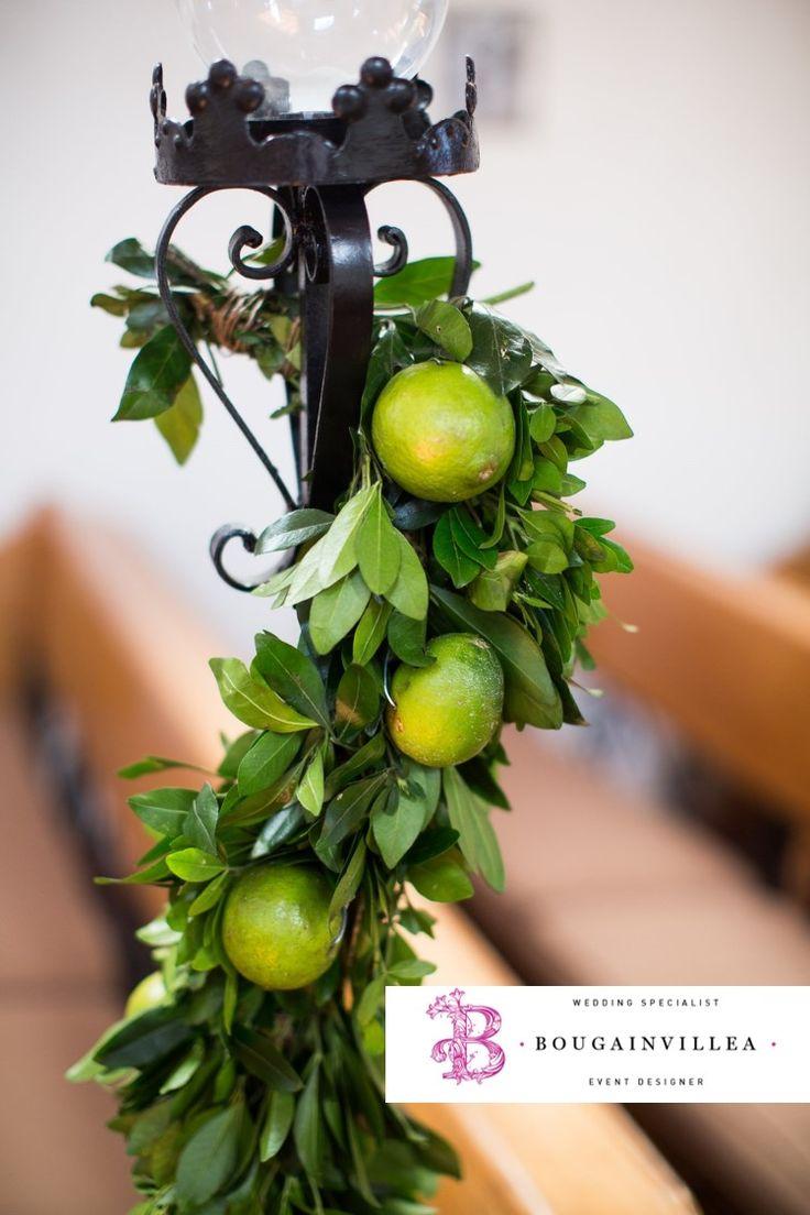 Hermoso arreglo floral en pequeños candelabros por www.bougainvilleabodas.com.mx Bodas San Miguel de Allende.