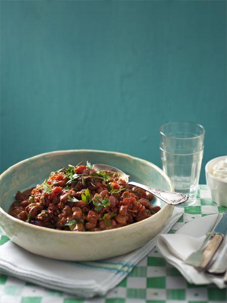 Comfortfood verwarmt je en geeft je de energie om de winter lekker door te komen. Dit recept voor bruine bonen 'con ragu' is perfect voor koude dagen.