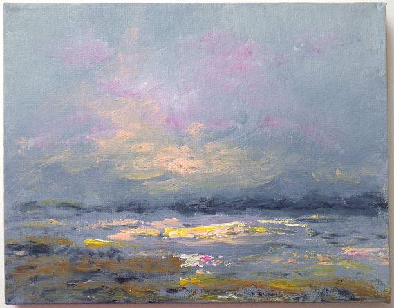 Peintures de paysage et de la plage pour votre maison   Série: Plage Impressions/49  Voici un lever de soleil brumeux sur la plage, avec des tons de gris bleus dans le ciel et l'eau, avec pêche et rose coloration dans les nuages et l'éclairage de la mousse épaisse. Terre de brume lointaine est vu à travers l'eau, et plage de sable se voit au premier plan. Une peinture très sereine et paisible. Peint à la fois au pinceau et couteau à palette, il mesure 11 x 14 pouces carrés, avec les côtés…