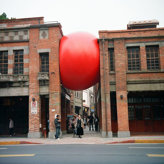 Si vous trainez dans les rues de Taipei, il est fort probable que vous tombiez nez à nez sur cette œuvre de Kurt Perschke.