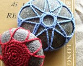 Piovono catenelle. Coppia di sassi decorati all'uncinetto, lavorazione prevalente«a catenella».
