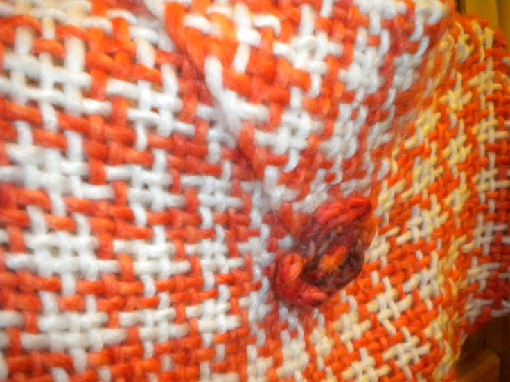 Ponchito tejido en telar con lana natural punto pata de pollo.