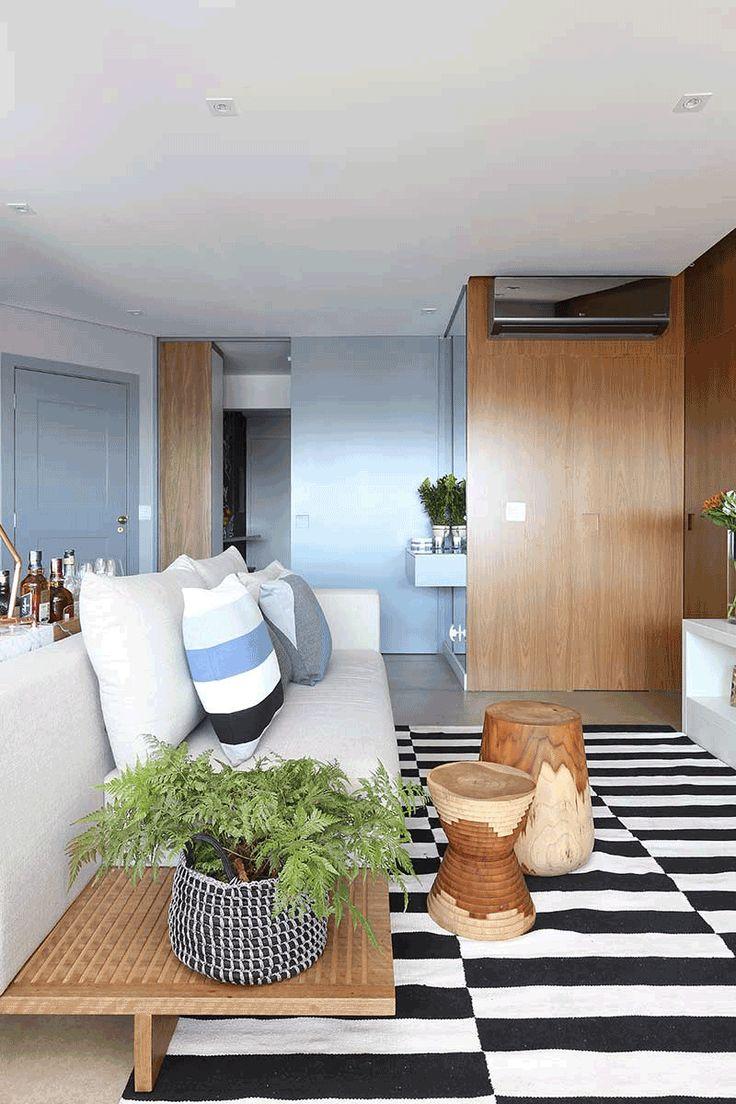 Decoração De Apartamento Para Uma Família. Na Sala Sofá Branco, Almofada  Branca, Cinza