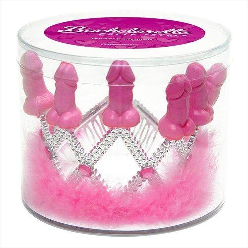 Piemel tiara | Willie.nlWat is een toekomstige bruid zonder tiara? Deze tiara blinkt aan alle kanten en is afgewerkt met 6 diamantjes en zeven kleine piemels. De onderkant van de tiara is afgewerkt met roze dons voor een extra mooie uitstraling.