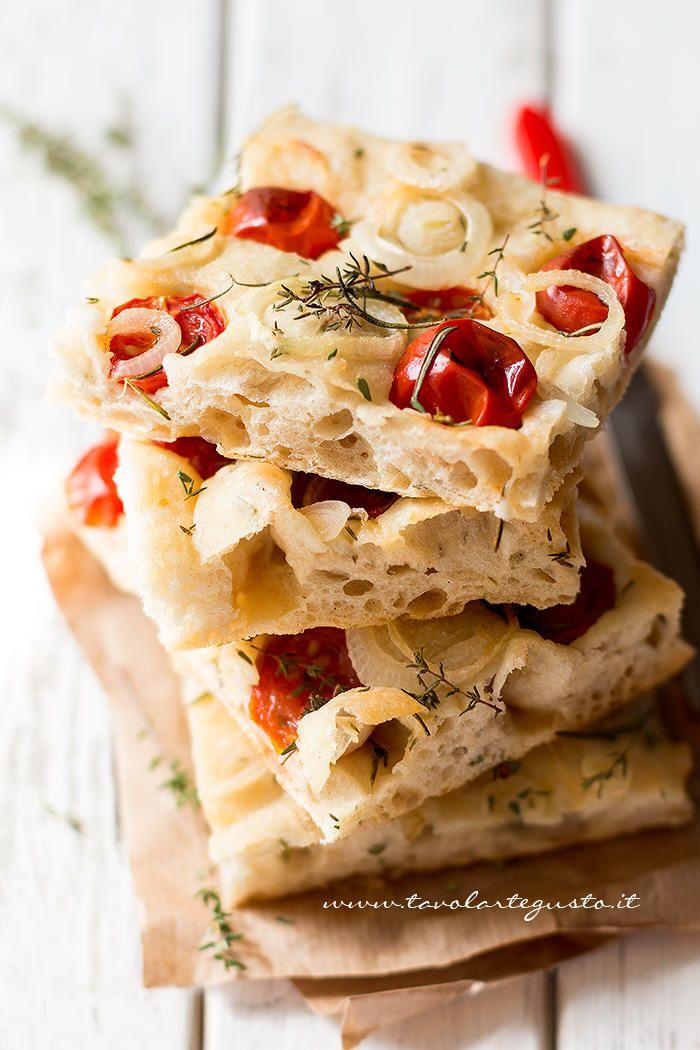 La Focaccia difarro è una focaccia buonissima, alta, alveolata e soffice, realizzata con farina di farro (già sperimentata con ottimi risultati nella pizza bianca col poolish), timo e rosmarino fr…