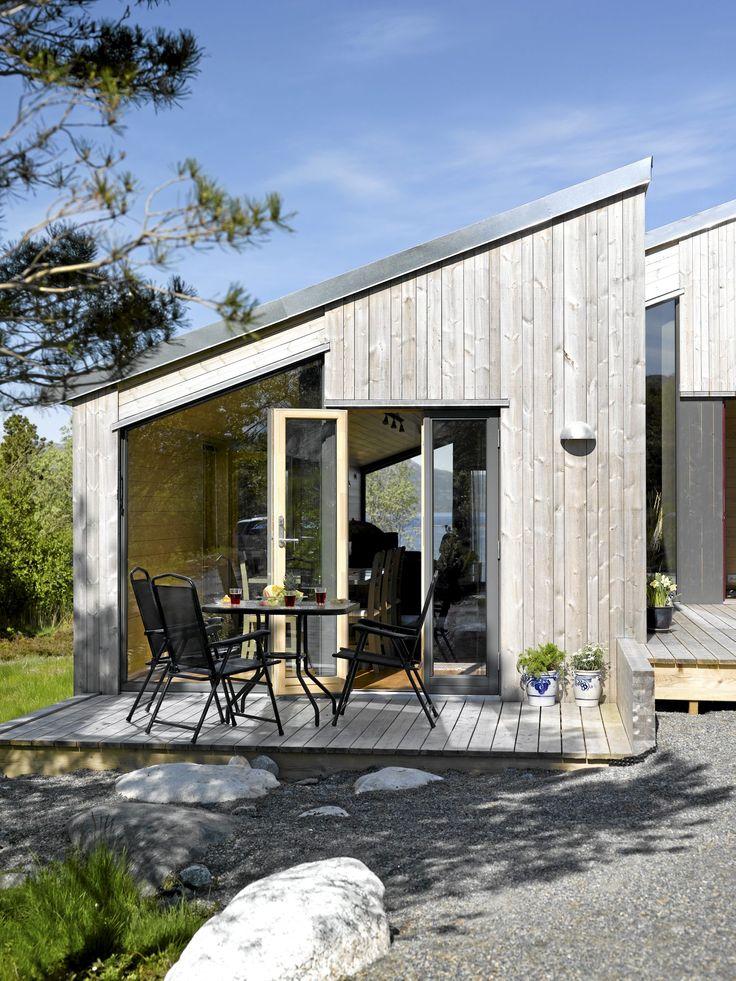 Liker store, rene vindusflater, utgang terrasse, vedlikeholdsfrie naturmaterialer. Men tror kanskje disse materialene ikke tåler det fuktige Vestlandsklimaet. Vedlikeholdsfri hytte ved sjøen - Arkitektur