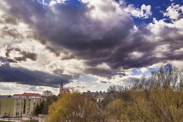Tóth Gábor Fény és árnyék Imádom a felhőket, nem tudtam kihagyni a lehetőséget és lefotóztam. Több kép Gábortól: www.facebook.com/SzketiPhoto