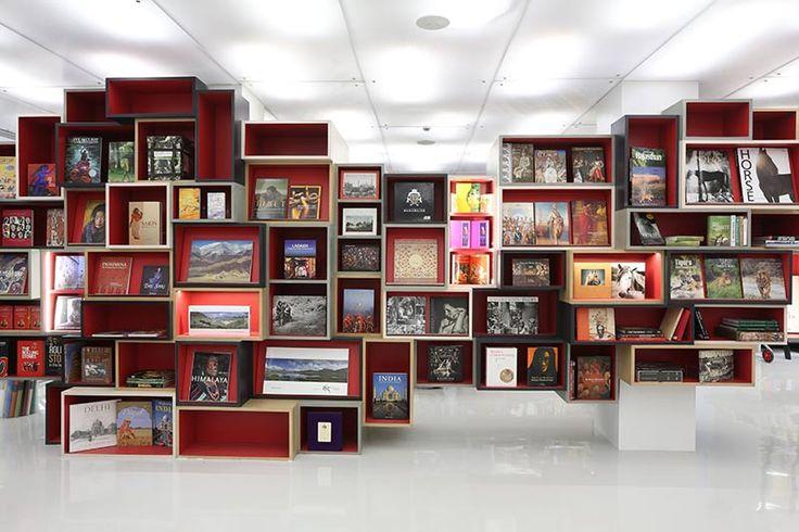 NormalStudio Quand les espaces de rangement et les présentoirs deviennent des cabinets de curiosités! decoration-entreprise.be effectue pour votre entreprise une décoration sur-mesure personnalisée. #valeur_ajouté #création #unique