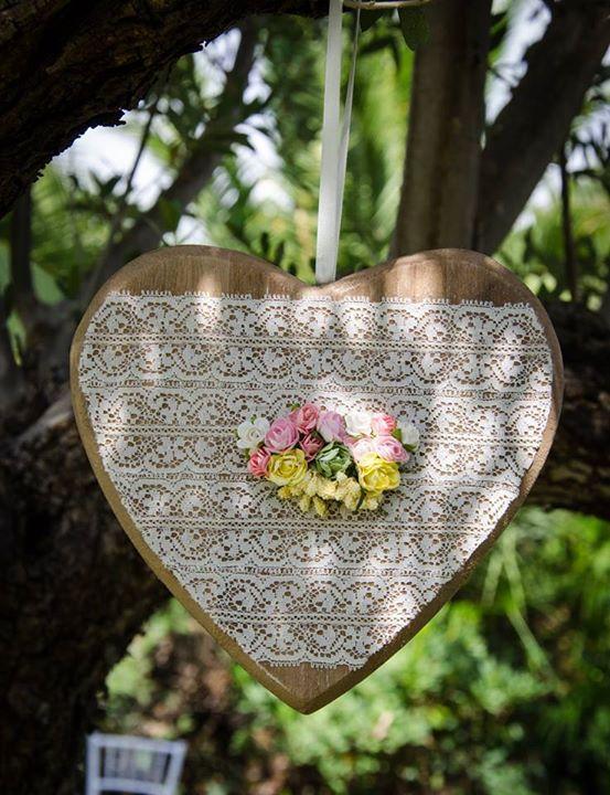Corazón de madera, encaje y flores prendido de un árbol #boda #diseño #decoración #decoration #weddings #heart #white http://victoriahidalgocatering.com/