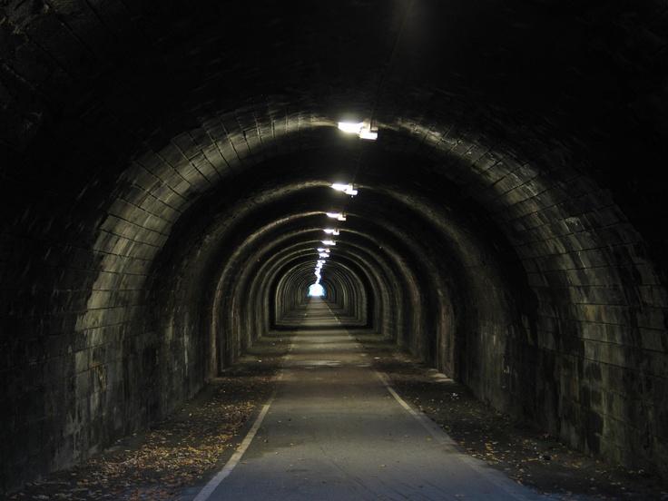 Toen Robin en Linda nog eens naar de glijbaan naar ondergang zijn gegaan om Jim te gaan zoeken. Belandden ze in een griezelige, donkere tunnel. Toen ze opzoek was naar Jim, werd Linda door een monster verder geduwd naar de spiegelhuis. Toen raakte Linda Robin kwijt.