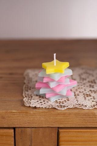 型抜したキャンドルを何枚も重ねると、オブジェ感覚で楽しめます。/夏にぴったり! キャンドル&ソープ(「はんど&はあと」2012年8月号)