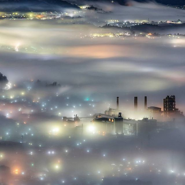 何回目だよ雲海工場 大変いまさらではありますが、先日の秩父雲海を@instagramjapan さんにフィーチャーしていただけるという奇跡が起こりました。 こうやって秩父の雲海が知ってもらえる、秩父という地域がクローズアップしていただけるというのは埼玉県民としてとても嬉しいです。 出るかどうかなんてその時にならないとわからない秩父の雲海は相当な曲者ですが、みなさんも是非足を運んでいただければと思います。 なんだかすごくマジメだな 笑 #夜景 #工場 #工場夜景 #工場萌え #秩父 #雲海 #美の山公園 #太平洋セメント #nightview #factory #factorynightview #industrial #seaofclouds #工場撮ってる人と繋がりたい #セメント工場をこよなく愛する会