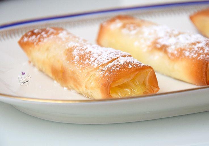 Gli involtini di pasta fillo mele e arance è un dessert facile e veloce dal gusto irresistibile. Servono Pasta filo, mela e marmellata di arance.