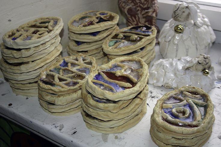 Keramika zdobená sklem. Práce školáků našeho výtvarného kroužku.