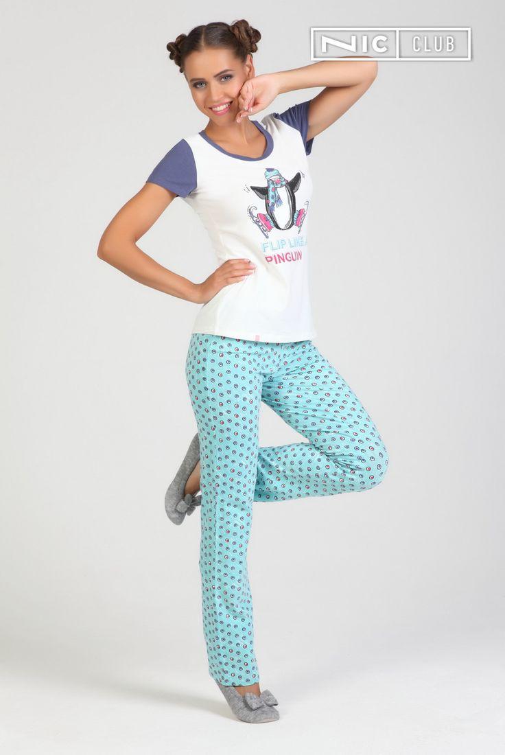 Брюки Pinguin — прямые, выполнены из принтованного джерси. Ткань с высоким содержанием хлопка обеспечивает полный комфорт — брюки разработаны для домашнего отдыха и сна. В пояс вставлен шнур контрастного цвета, позволяющий регулировать посадку. Модель представлена во всегда актуальном голубо-бирюзовом оттенке. Брюки Nic Club отлично сочетаются с футболкой «Пингвин», а также с другими изделиями из коллекций «Ник Клаб».