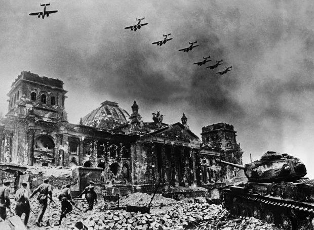 Β' Παγκόσμιος Πόλεμος: Η φοβερότερη πολεμική αναμέτρηση που γνώρισε η ανθρωπότητα και ο πρώτος αληθινά παγκόσμιος πόλεμος. Διάρκεσε από την 1η Σεπτεμβρίου 1939 έως τις 2 Σεπτεμβρίου 1945 και άφησε πίσω του πάνω από 60 εκατομμύρια νεκρούς.