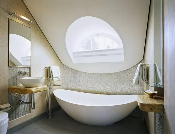 Schräge Zimmerdecke ovale Badewanne Fenster im Bad Mosaik Fliesen
