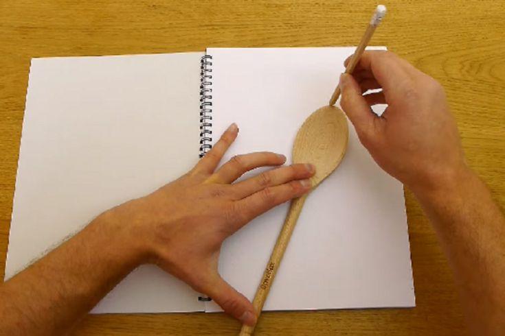 Il trace soigneusement le contour de cette cuillère de bois, ce qu'il en fait est impressionnant!