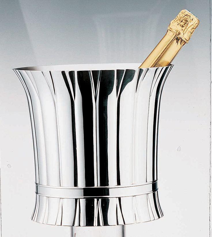 Seau à champagne en étain brillant Pour la beauté en toute finesse, le raffinement, le seau à champagne, objet de décoration ou de convivialité, de plus l'étain est un métal qui possède une forte conductivité thermique. Cela signifie qu'il garde naturellement bien le froid.  http://www.accessoire-pour-le-vin.fr/boutique/03-cadeaux-de-201-a-400e/seau-a-champagne-en-etain-brillant/