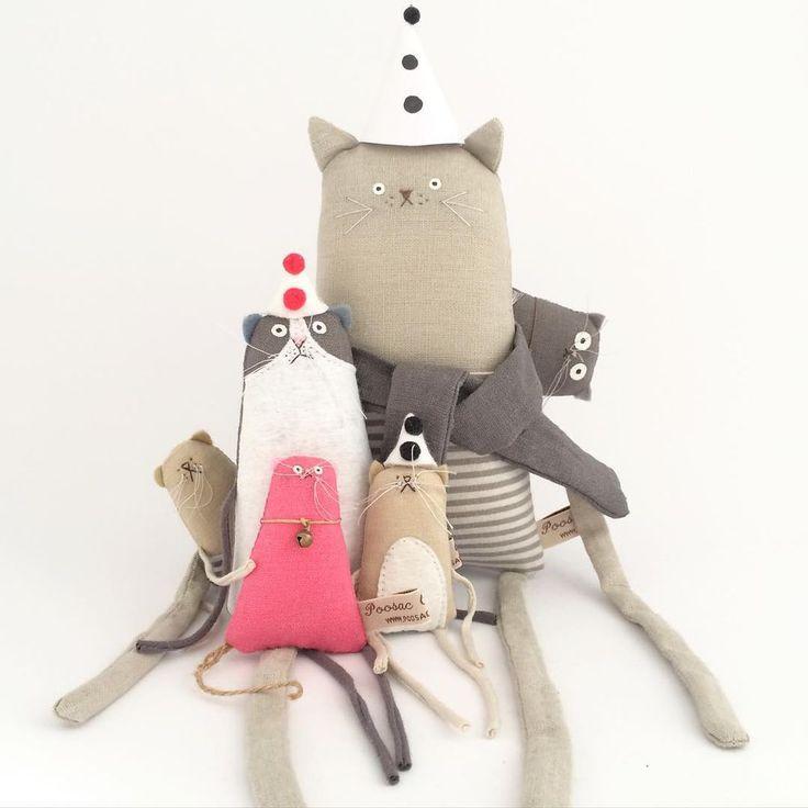 В этой публикации хочу поделиться творчеством чудесного мастера из Эдинбурга, Ким Смит. Талантливый иллюстратор и художник, автор бесчисленного множества работ. Она создает волшебные текстильные игрушки-примитивы. В ее коллекции — мишки, зайца, лисы и прочая живность, а так же балерины, брутальные мужчинки, подушки с ручной росписью... А еще открытки с авторскими иллюстрациями.