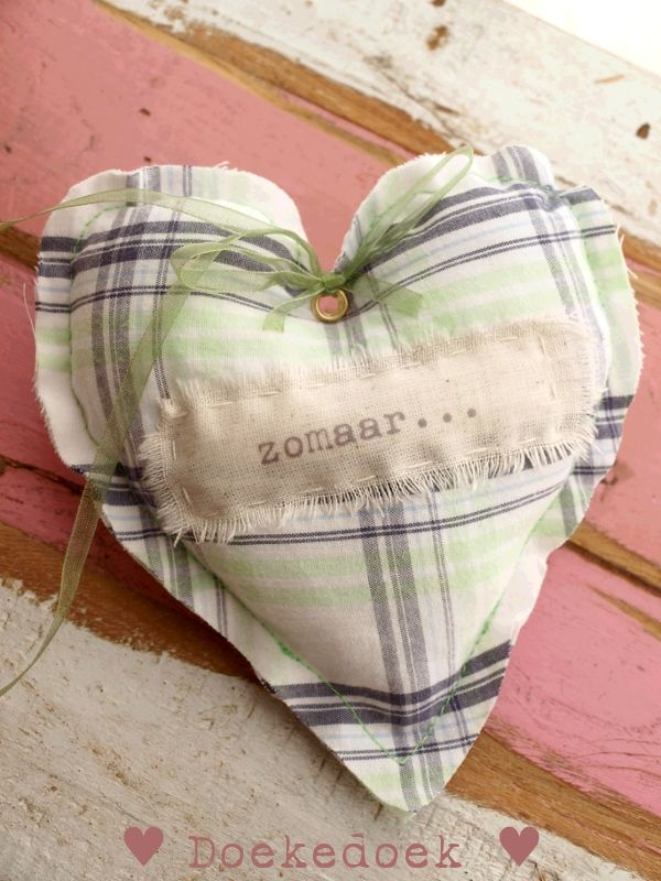 Hartje gerecycled materiaal 'zomaar'. Heart made of recycled material 'just because'. Handmade by ♥ Doekedoek ♥