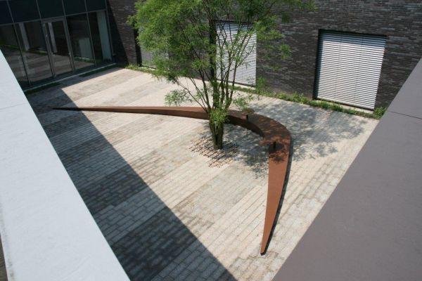 Dirry de Bruin- De binnentuin heeft een zitbank en stoelen aan de wand/vescom deurne ontwerp