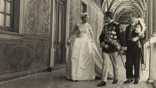 A 19 de abril de 1956, havia mais jornalistas no Mónaco do que em toda a II Guerra Mundial. Veja 51 imagens nunca antes reveladas do glamoroso casamento de Grace Kelly com o príncipe Rainier III.