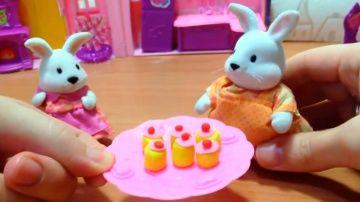 Играем и лепим из пластилина. Кексы Play Doh. Сказка про зайчиков http://video-kid.com/10794-igraem-i-lepim-iz-plastilina-keksy-play-doh-skazka-pro-zaichikov.html  Видео для детей про семья зайчат и пластилиновые кексы. Поделки из пластилина делать веселее, если потом детское творчество можно сделать доброй сказкой для детей. Мультфильм для малышей про зайчиков - это добрая история о том, как мама Зайка и ее малышка решили приготовить яблочные кексы. Зайка Оля взяла мисочку и отправилась в…
