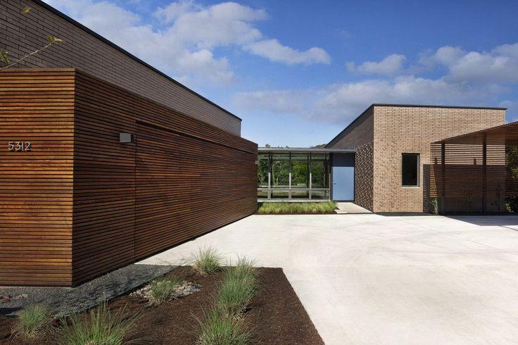 Комфортная жизнь за городом: обзор лучших проектов одноэтажных домов с гаражом http://happymodern.ru/odnoetazhnye-doma-s-garazhom-proekty-foto/ Одноэтажные дома с гаражом: гараж, пристроенный к дому, вместе образуют внутренний двор. Экстерьер зданий в стиле модерн