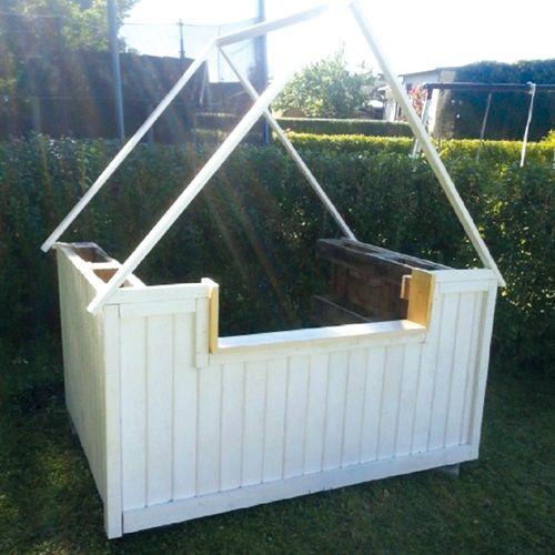 Med tre lastpallar, spillvirke och målarfärg byggde Pernilla en lekkiosk till sonen Rex. Se här hur hon gick tillväga!