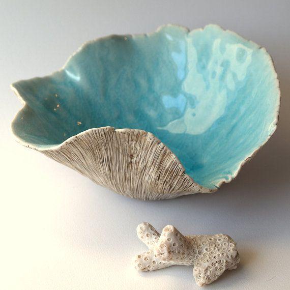Me mano sculpted este cuenco de arcilla de porcelana. He añadido mi textura favorita para el exterior. El interior es de cristal un crujido aqua