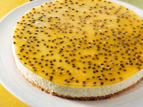 Limecheesecake med passionsfrukt. Cheesecake med syrlig lime och gelétäcke med passionsfrukt som är vacker – och framförallt god! Gelén kan med fördel även varieras med andra frukter eller bär, t. ex. hallon, blåbär eller småtärnad mango.
