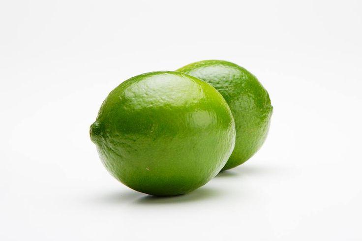 8月25日の誕生日の木は「ライム」です。果実としてのライムはおなじみですが、木としてのライムは、あまりなじみがありませんね。ライムは柑橘類の中で最も寒さに弱く、日本の中では栽培適地が限られているため、中々目にする機会がありません。農産物としては、愛媛県と香川県で生産されていますが、年間出荷数は合わせて3t程度です。ライムの原産には、インドからミャンマー、マレーシア一帯の熱帯地域。品種としては、大きく分けてメキシカンライムとタヒチライムの2種類があります。メキシコが主産地のメキシカンライムは種がやや多めですが、果汁が豊富で風味もよい。タヒチで生産されていたタヒチライムは、メキシカンライムよりやや大きめ。種が無いので加工しやすい。耐寒性が若干あるので日本でも栽培されています。