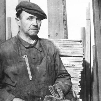 JOSEF HANÁK (*1904-1976) Historie rodiné firmy HANÁK se začíná psát v roce 1926. Mottem podnikání bylo precizní zpracování a kvalita materiálu. Toto motto je základní filozofií dodnes.