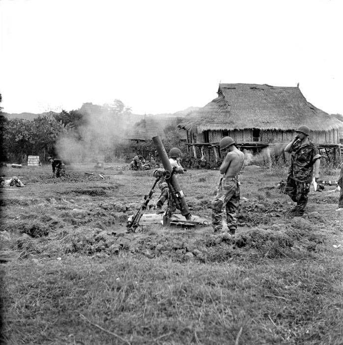 """22 de noviembre de 1953, nos muestra el tiro de mortero de 120 mm. hecho por la 1ª CEPML durante la operación """"Castor"""" en Diên Biên Phu."""