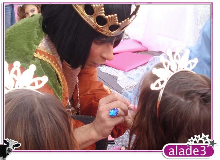 Dando el toque final a unas niñas que se sintieron como una princesa de cuento