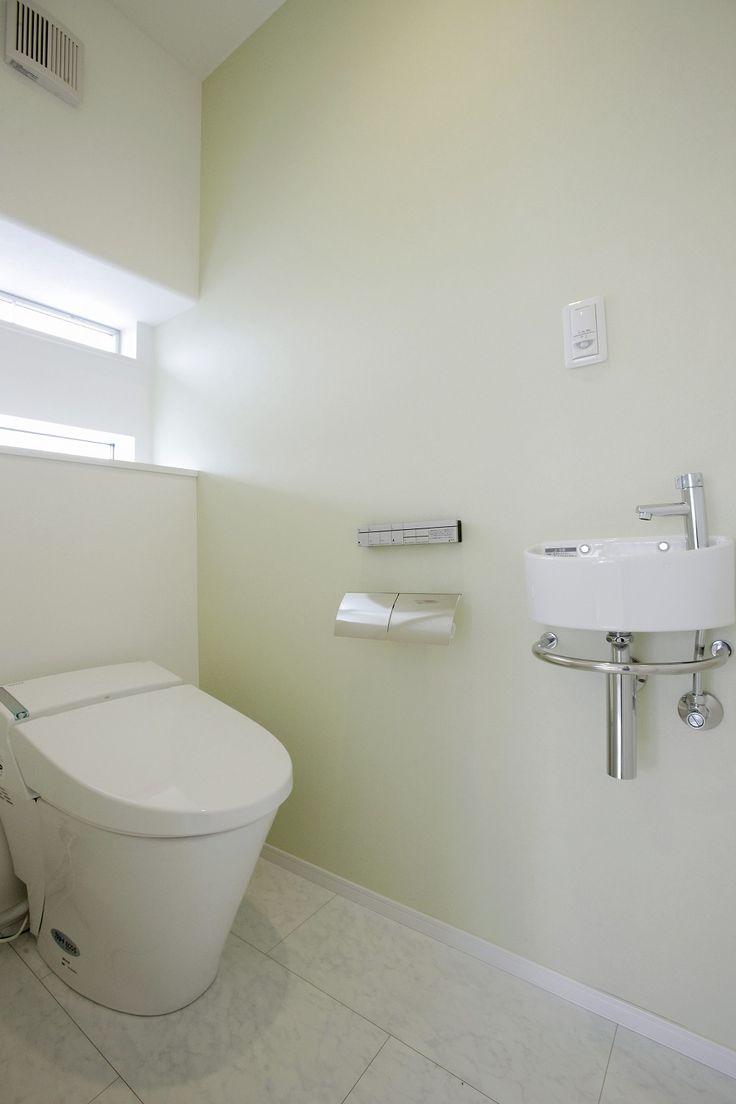グリーンの壁紙がさわやかなトイレグリーンの壁紙がさわやかなトイレ