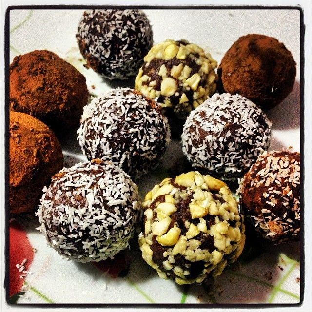 Lubicie praliny?  Oto przepis na przepyszne domowe praliny o smaku lekko truflowym: 5 łyżek lnu milonego Łyżka oleju kokosowego Garść orzechów laskowych  Garść daktyli Łyżka miodu Daktyli namoczyć i zblendowac z orzechami, olejem, miodem, a następnepnie dodać len i kakao. Uformować kulki i udekorować wiórkami kokosowymi, kakao, skruszonym orzechem nerkowca Smacznego!