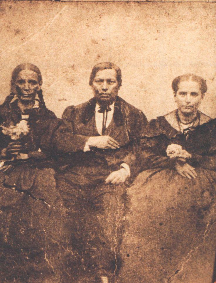 Benito Juárez en compañía de su hermana Nela (izquierda) y de su esposa Margarita.