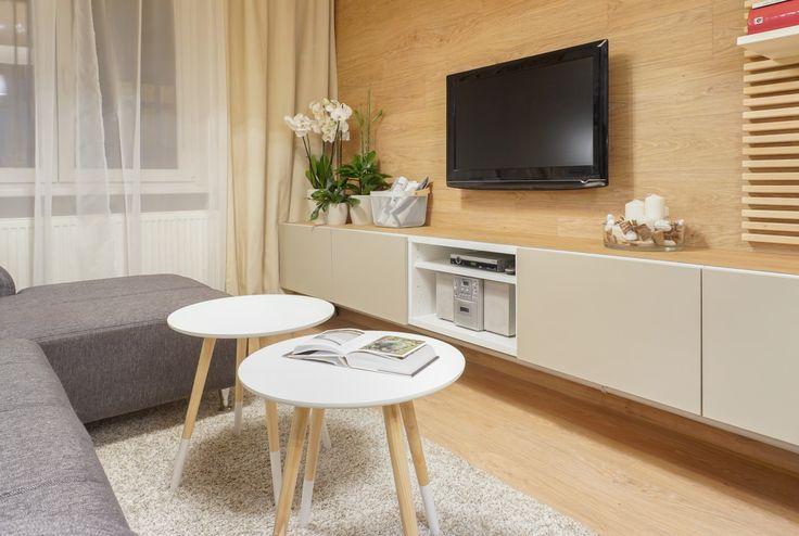 Obývacia izba s dreveným obkladom na stene
