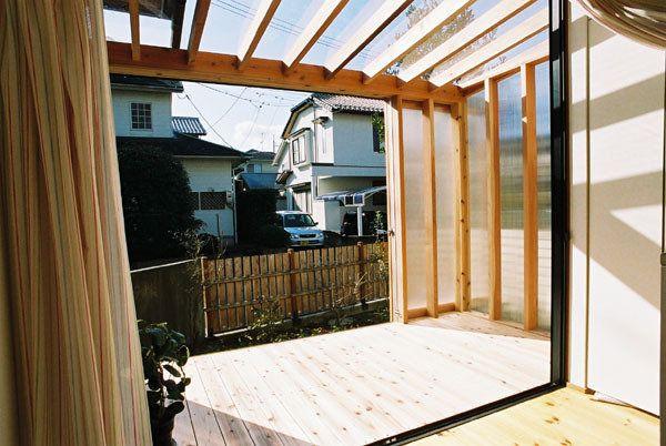 縁側の延長として、そして冬の寒い晴れた日に、より外に近い場所に・・・ 室内と屋外が近づくような間として存在している。