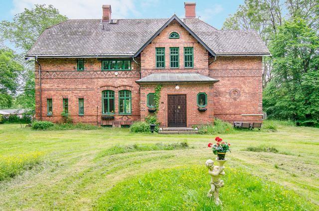 MAGNIFIK DISPONENTVILLA I ÖDEBORG. Välkommen till detta fantastiska hus/minislott i engelsk stil med utsikt över Valboån som rinner utmed tomten. Huset är
