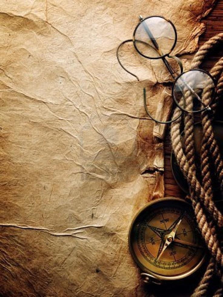 Brújula, cuerda y gafas en papel viejo