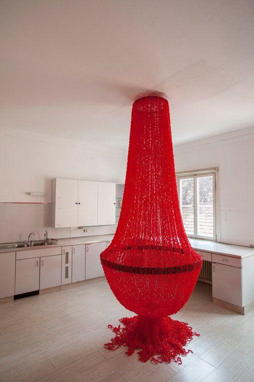 Ursula Buchegger Kronleuchter 300 x 120 cm (Durchmesser) Plastikhalme Fassreifen