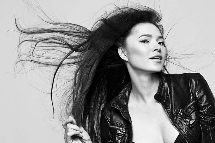 Uroda: Co zrobić, gdy wypadają Ci włosy? - http://kobieta.guru/co-zrobic-gdy-wypadaja-ci-wlosy/ - Nadmierne wypadanie włosów u kobiet jest bardzo niepokojącym, często wręcz traumatycznym dla nich doświadczeniem.   Badania potwierdzają, że utrata od 100 do 150 włosów dziennie jest całkowicie normalnym procesem. Jaki może być powód tego, że włosy wypadają nam garściami? Co zrobić, gdy fryzura przerzedza nam się w zastraszającym tempie?  Niedobór witamin